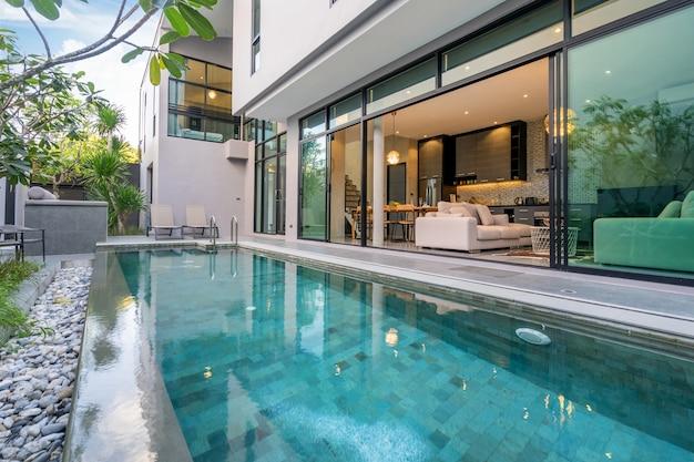 Внешний дом с бассейном в доме Premium Фотографии