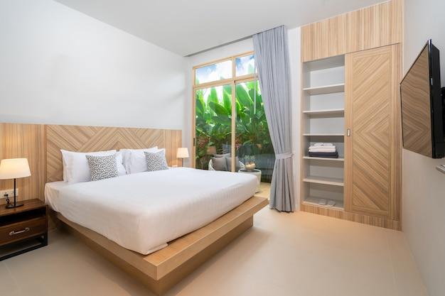 Дизайн интерьера в спальне с зеленым садом и балконом в доме Premium Фотографии