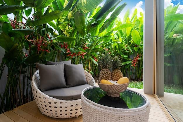 Балкон и зеленый сад с фруктами на столе Premium Фотографии