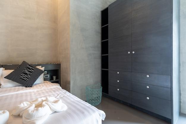 モダンなロフトスタイルのベッドルームの廊下に沿ったワードローブ Premium写真