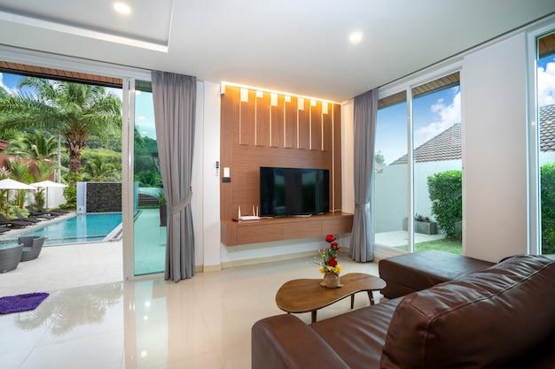 Просторная гостиная с выходом к бассейну с современной отделкой Premium Фотографии