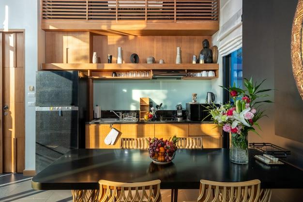 豪華な家の広々としたオープンプランキッチンとダイニングテーブル Premium写真