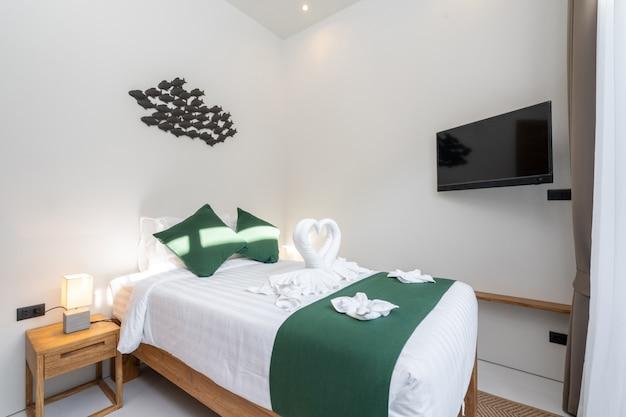 広々としたモダンなベッドルーム Premium写真