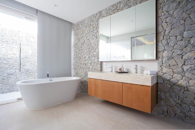 豪華なバスルームには洗面器 Premium写真