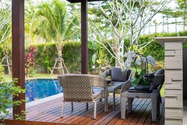 緑豊かな庭園のあるプールとパビリオン Premium写真