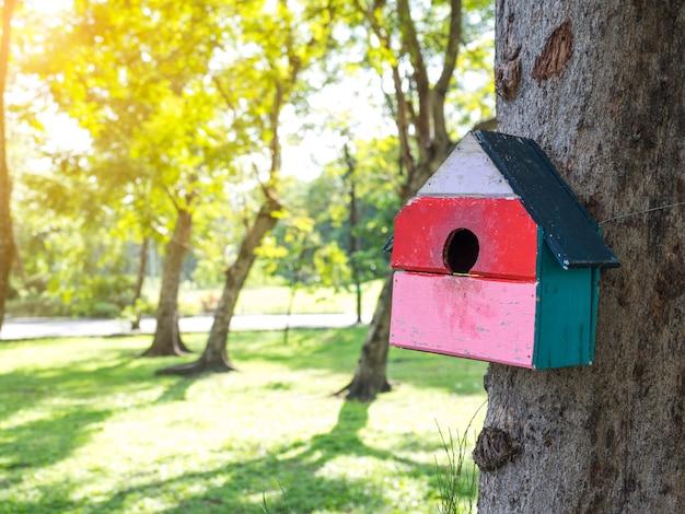 公園のカラフルな鳥の家 Premium写真