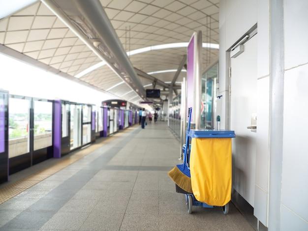 クリーニングツールカートは地下鉄でメイドやクリーナーを待つ Premium写真