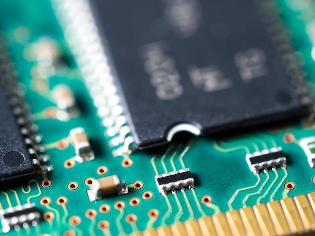 集積回路、抵抗器およびコンデンサを備えた回路基板のクローズアップ。 Premium写真
