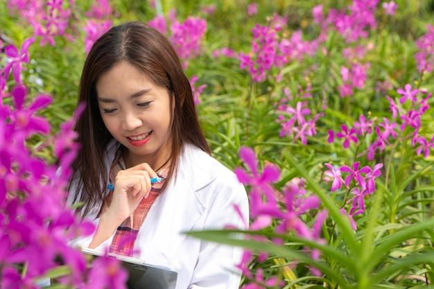 白い帽子をかぶって幸せな研究者植物研究蘭 Premium写真