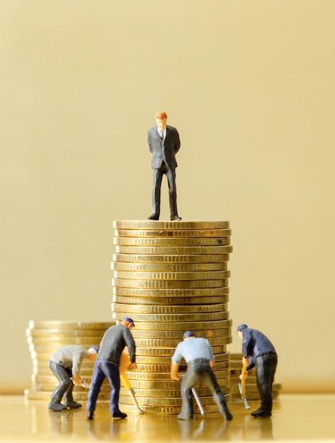 金貨の上に立っている男 Premium写真