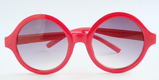 Красные очки на белом фоне, крупным планом объект Premium Фотографии