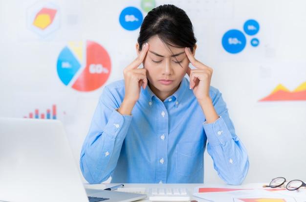 アジアの実業家仕事しながらストレスの多い状況 - ビジネスと金融の概念。 Premium写真