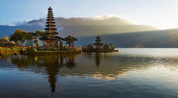 インドネシアのバリ島、ブラタン湖の象徴的なプラウルンダヌ寺院で日の出時の早朝の静かな雰囲気。 Premium写真