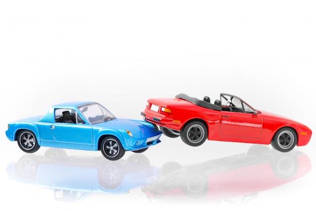 車のクラッシュ事故シーンの輸送と白で隔離事故コンセプト Premium写真