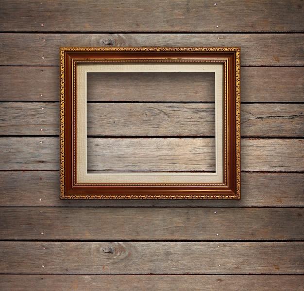 ゴールドフレームの背景を持つ古い木製の部屋。 Premium写真