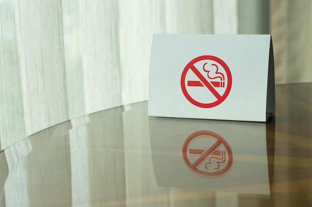 テーブルの上に禁煙の標識。 Premium写真