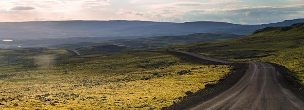 アイスランドの季節の夏、アイスランドの西フィヨルドでのロードトリップの美しい景色の夏 Premium写真