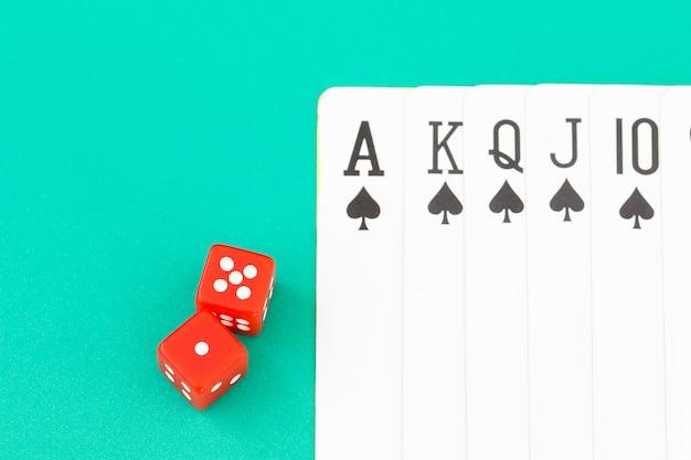 緑のカジノテーブルのサイコロとカード Premium写真