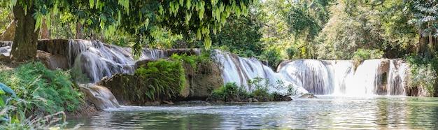 Панорама водопада чет-сан-ной в национальном парке Premium Фотографии