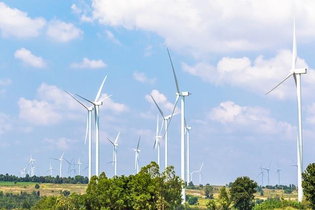 丘の上に風力タービン発電機が並ぶ Premium写真