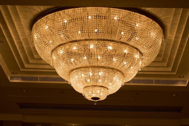 Люстры, красивый свет, роскошный свет Premium Фотографии