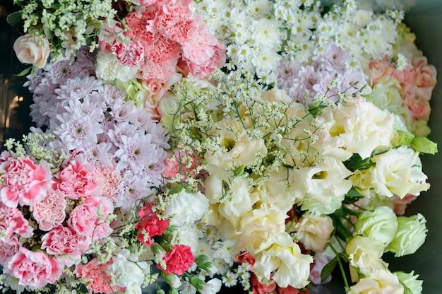 結婚式の花の背景の背景、カラフルな背景、新鮮なバラ、花の束 Premium写真