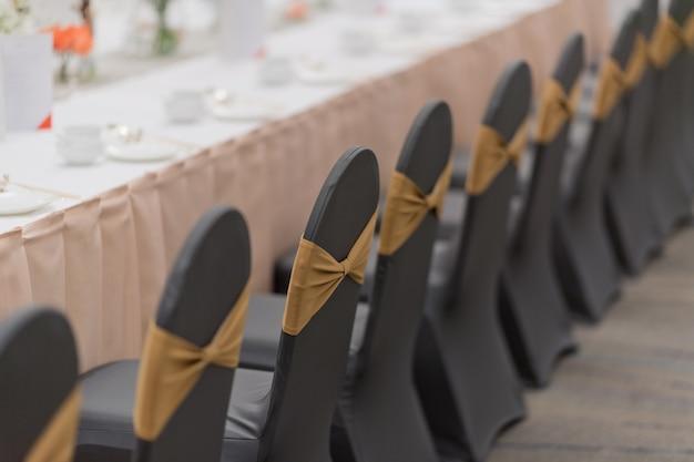 Украшение свадебного стула, стул для мероприятий Premium Фотографии