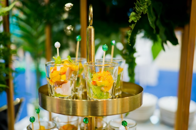 ガラスショットペストリー、結婚式のケータリングフード、ミニカナッペ、おいしいデザート Premium写真