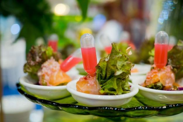 ガラスショットペストリー、結婚式のケータリングフード、ミニカナッペ、 Premium写真