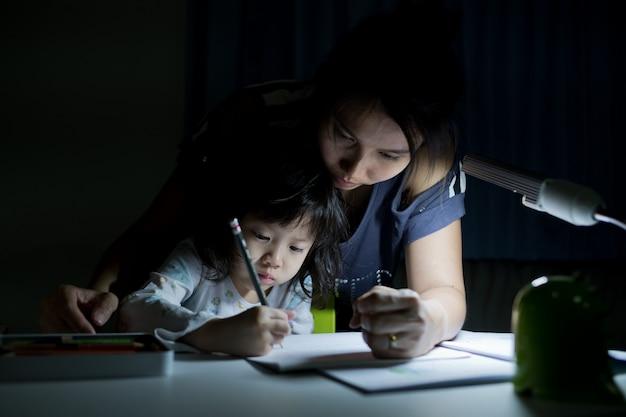 宿題をしている子供 Premium写真