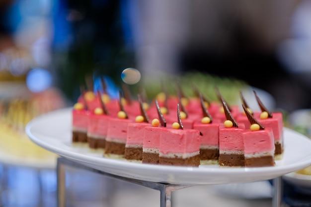 ケータリングフード、デザート、スウィート、ミニカナッペ、スナック、前菜、イベントのフード、スイートミート Premium写真