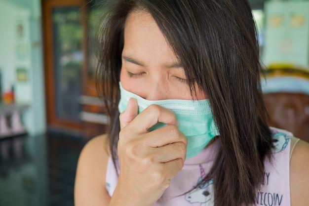 Гигиеническая маска, женщина носит респиратор, девушка болеет Premium Фотографии