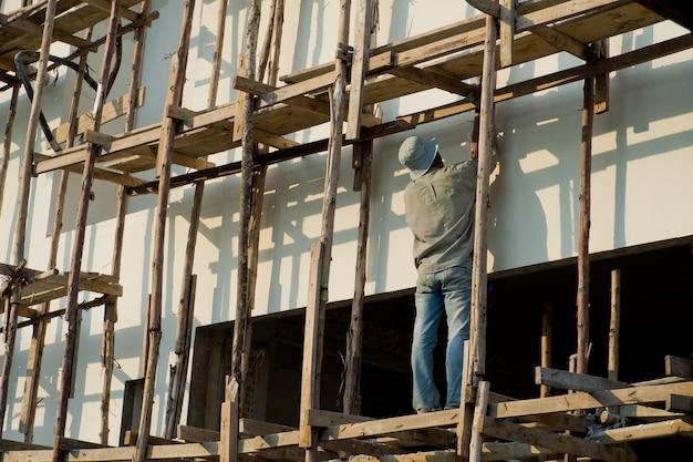 Покрасил, рабочие покрасили в белый цвет Premium Фотографии