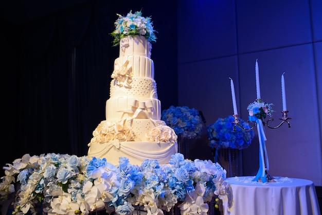 美しい結婚式のケーキ、白いケーキ Premium写真