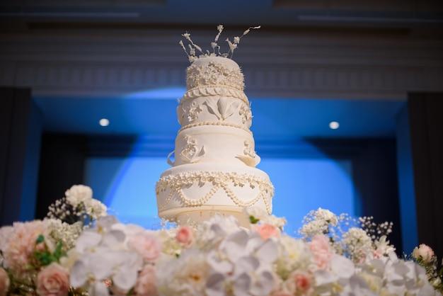 美しいウエディングケーキ、白いケーキの結婚式の装飾 Premium写真