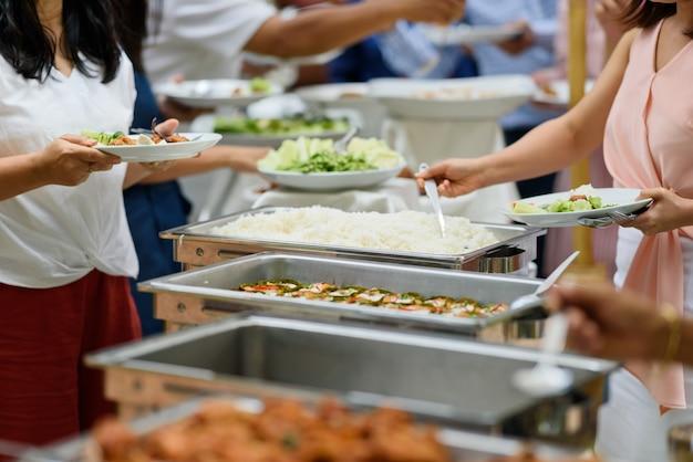 ビュッフェ式料理、レストランでのケータリング・フードパーティー、ミニカナッペ、軽食、前菜 Premium写真