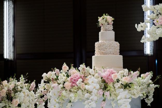美しいウェディングケーキ、ホワイトケーキの結婚式の装飾 Premium写真