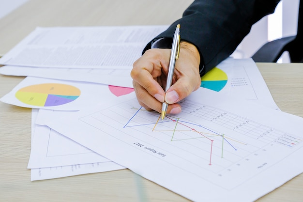 Человек анализ бизнес и финансовый отчет. Premium Фотографии