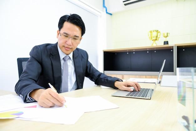 人間分析事業と財務報告 Premium写真