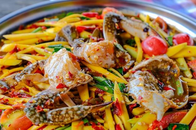 青カニとマンゴーパパイヤのサラダ Premium写真