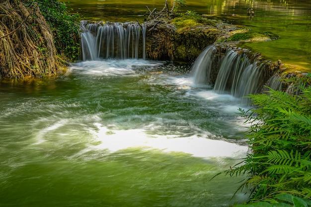 タイサラブリ県カオヤイ国立公園のチェットサンノイ滝。 Premium写真