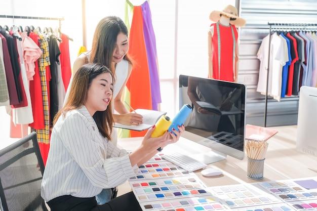 Азиатские женщины за работой - модельеры и портные Premium Фотографии
