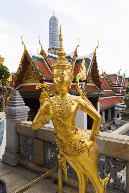 ワットプラケオ、バンコク、タイでゴールデンキンナリ像 Premium写真