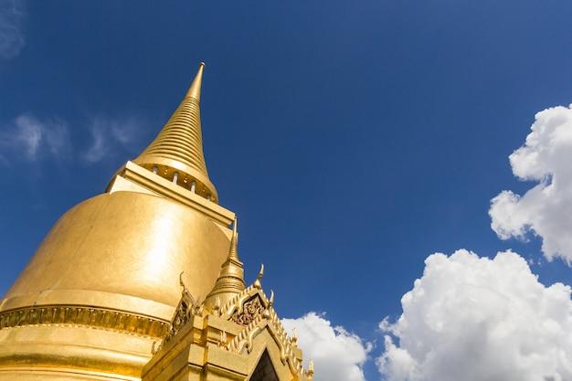 ワットプラケオのゴールドパゴダ Premium写真
