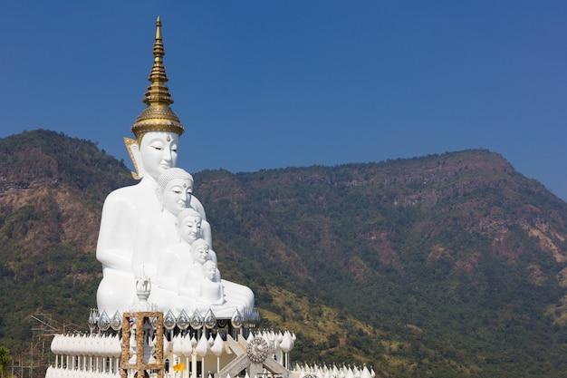 Статуя пяти будд (ват пхра та фа сорн каев) пхетчабун, таиланд Premium Фотографии