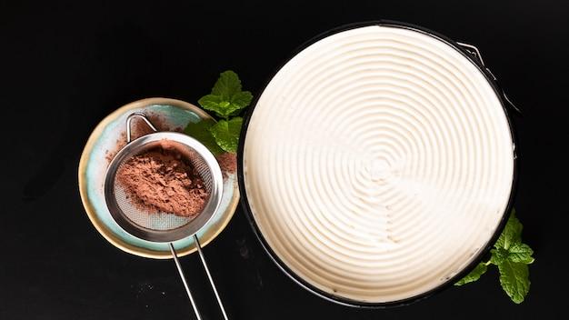 黒の背景にデザート自家製バナフィーパイを作る食品のコンセプト Premium写真