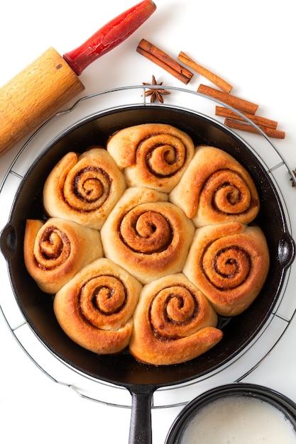 焼きたての食品のコンセプト焼きたての自家製シナモンロールパンのフライパン Premium写真
