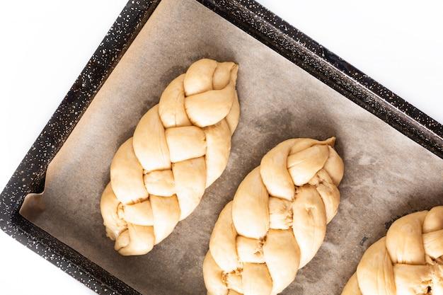 自家製食品コンセプトプロセス編組パン編組カラ生地 Premium写真