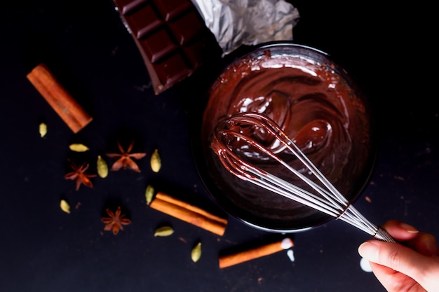 デザートを作るための有機チョコレートを溶かすための食品コンセプト準備プロセス Premium写真
