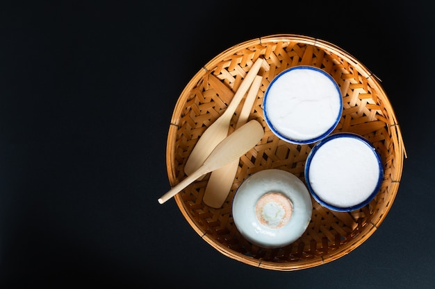 食品デザートコンセプトタイのデザートカノムトゥアイココナッツライスと小さな磁器カップのパンダンカスタード Premium写真